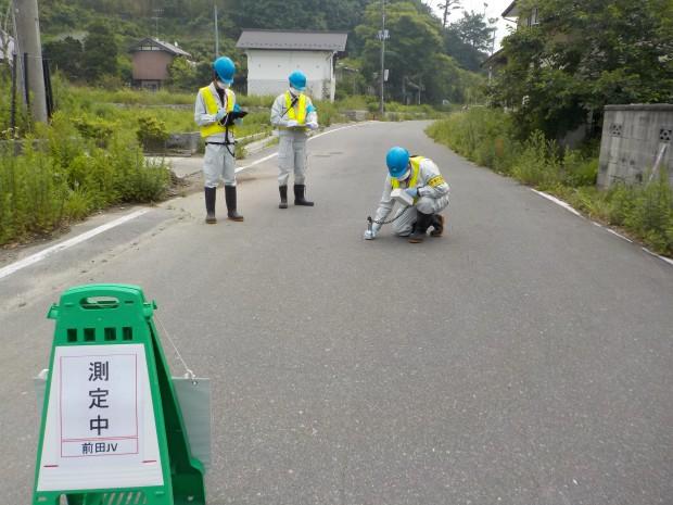 除染実施前のモニタリングとして、道路表面の放射線量を測定しています。