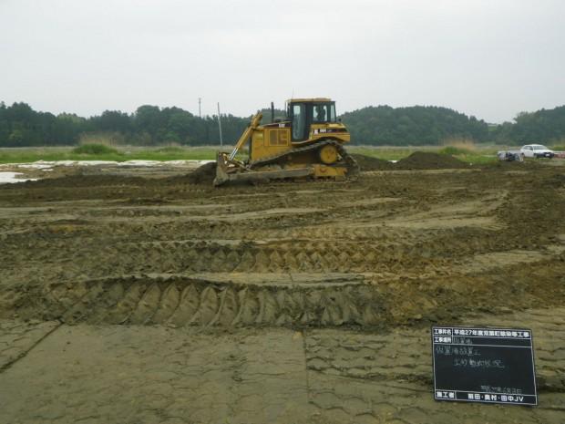 仮置場の設置に向けて、盛土・土砂の敷均を行っています。